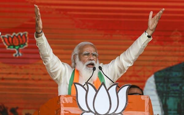 インドのモディ首相は4日のジョンソン英首相とのオンライン協議で英印貿易の拡大策で合意する(写真は3月、コルカタにて)=AP
