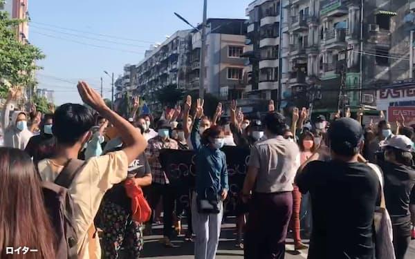 ミャンマーの最大都市ヤンゴンでは5月に入っても国軍への抗議デモが続いている(2日、ヤンゴン)=ロイター