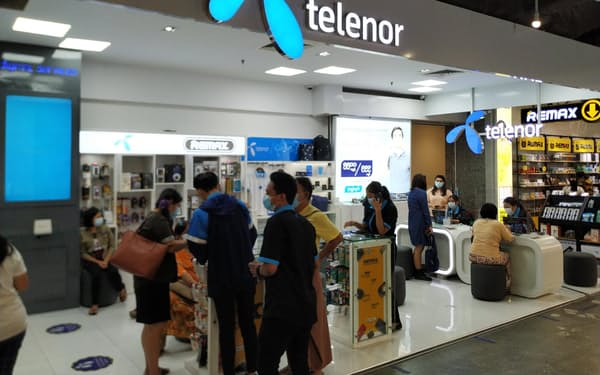 4日、ヤンゴンのショッピングモール内のテレノール店舗