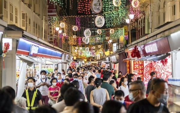 シンガポールでは年明け以降、街中の人出も増加傾向にあった(写真は2月の旧正月前夜の風景)=AP