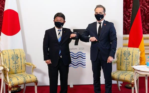 会談する茂木外相(左)とドイツのマース外相(右)=外務省提供