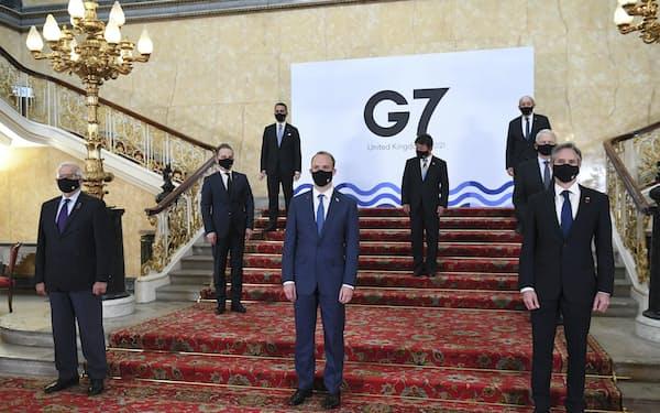G7外相会合で記念撮影する各国外相ら。2列目中央は茂木外相(4日、ロンドン)=AP