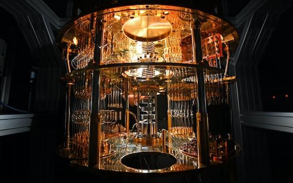 日本が強みを持つ量子通信・暗号技術は安全保障の優位性にも直結する(量子コンピューター向けに設置された希釈冷凍機)