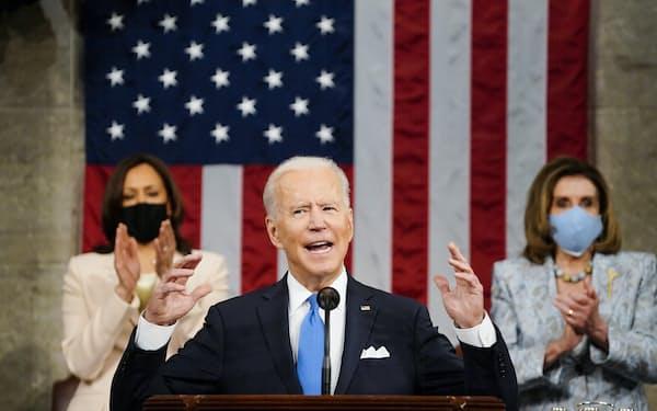 就任後初となる施政方針演説をするバイデン米大統領(4月28日、ワシントン)=AP