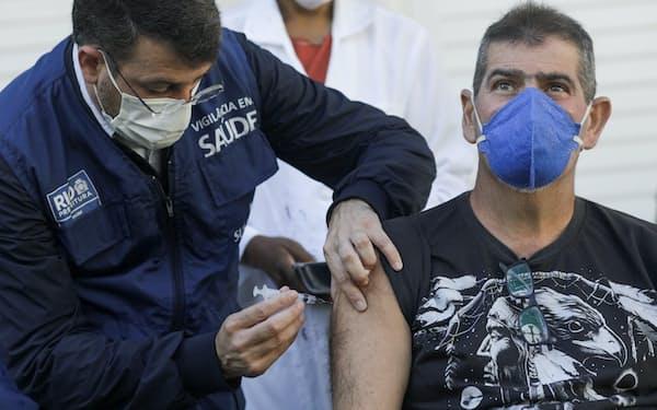 ブラジルのワクチン接種会場でファイザー製の接種を受ける人=ロイター