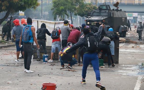 抗議活動は過激化している(3日、カリ)=ロイター