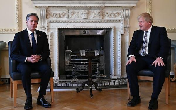 4日、ロンドンで会談したジョンソン英首相(右)とブリンケン米国務長官=ロイター