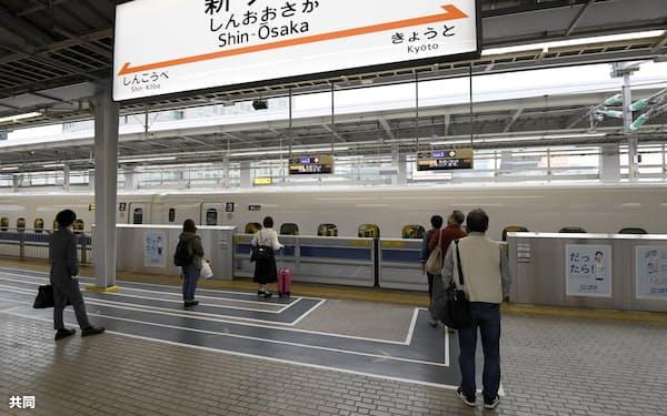 ゴールデンウイーク最終日、人影まばらな新幹線ホーム(5日午前、JR新大阪駅)=共同