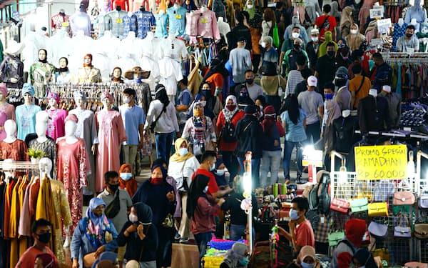 ラマダン明けの祝祭に備えた買い物客でごった返すジャカルタのタナ・アバン繊維市場(3日)=ロイター