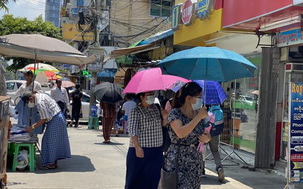 午後8時からだった外出禁止を午後10時から午前4時までに変更した(5日、ヤンゴン中心市街)