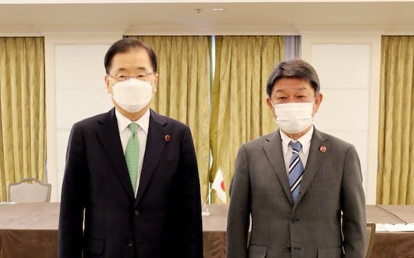 鄭氏(左)が2月に就任して以来初となる日韓外相会談に臨む茂木氏=外務省提供