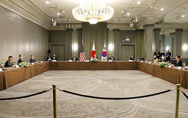 日米韓外相会談はロンドンで開かれた(外務省提供)