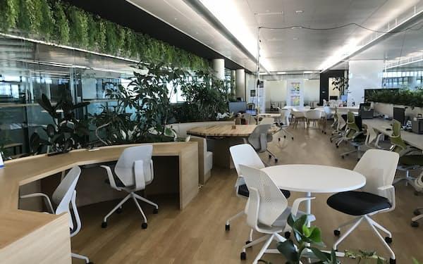 高砂熱学工業のイノベーションセンターのオフィスは緑を配し全てフリーアドレスとしている(つくばみらい市)