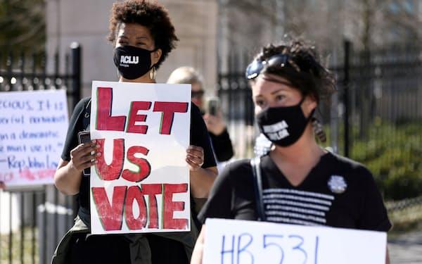 ジョージア州での投票制限法に反対する人々=ロイター