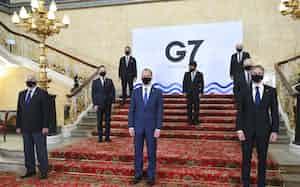 距離を保ちマスク姿で記念撮影するG7外相ら。2列目中央は茂木外相(4日、ロンドン)=AP
