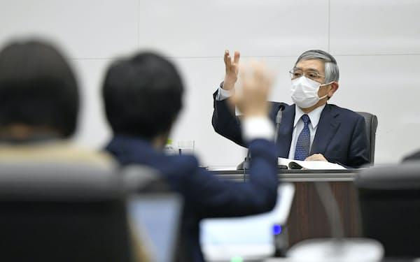 金融政策決定会合を終え、記者会見する日銀の黒田総裁=3月19日午後、日銀本店(代表撮影)