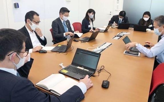 部課長会議に出席し、課の現状報告をした米重沙緒理さん(右から2人目)