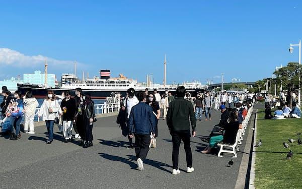 山下公園では散策や飲食を楽しむ観光客で混雑した(3日、横浜市)