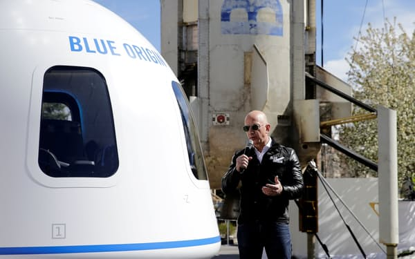 ベゾス氏が率いるブルーオリジンは7月20日に初の有人宇宙飛行を実施する計画を表明した=ロイター