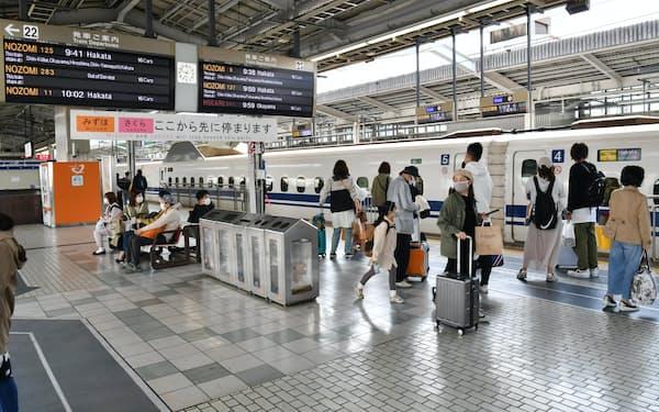 JR新大阪駅ホームで乗車する新幹線を待つ人たち(1日午前)