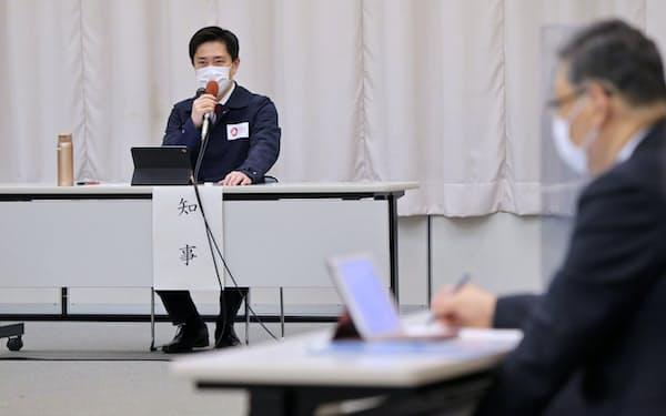 新型コロナウイルス対策本部会議で発言する大阪府の吉村知事(6日午後、大阪市中央区)