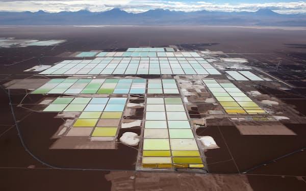 チリ北部の砂漠地帯にあるリチウムの生産施設=ロイター