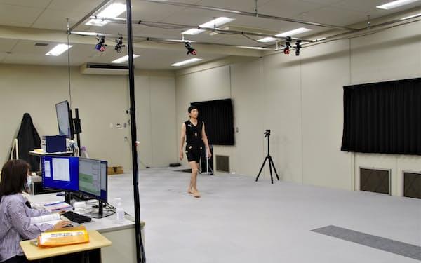 マーカーを目印に歩行時の体の動き方をカメラでとらえて解析する(四国センターで)