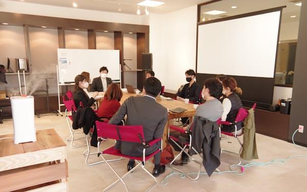 福井市のコワーキングスペース「OOTE3」で打ち合わせする事業者ら
