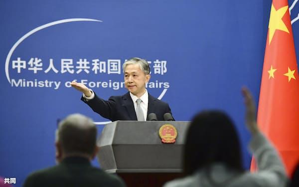 記者会見する中国外務省の汪文斌副報道局長=2月、北京(共同)