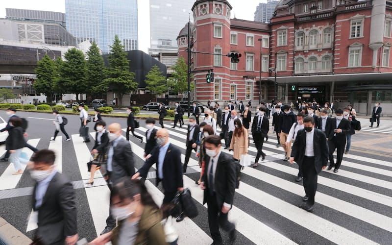 大型連休が明け、マスク姿で通勤する人たち(6日、東京・丸の内)