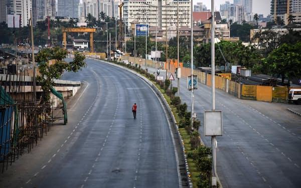 4月29日、ロックダウン(都市封鎖)のため人通りが消えたインドのムンバイ=ゲッティ・共同
