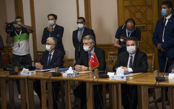 中東の地域大国であるトルコとエジプトの関係は冷え込んでいた(5日のカイロでの協議)=AP