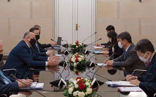 ポーランドのラウ外相(左)と会談する茂木外相(右から2人目)=外務省提供