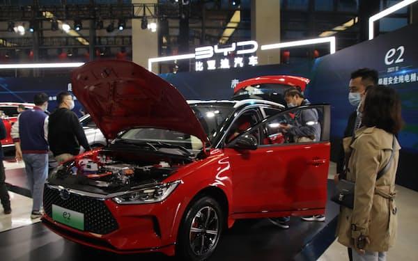 自社EVすべてに独自開発した「刀片電池」を搭載していく(4月上旬、重慶市での発表会)