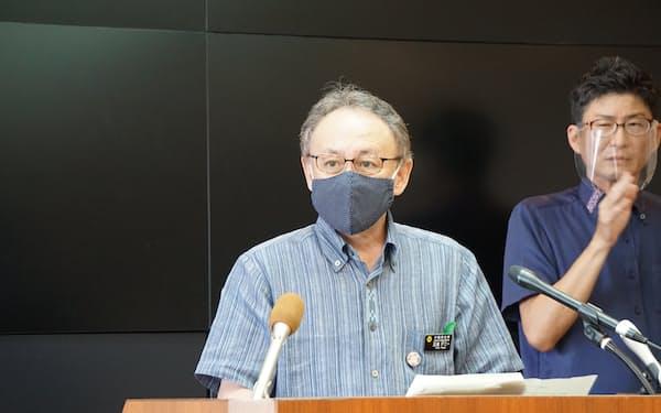 記者会見する沖縄県の玉城知事(7日、県庁)