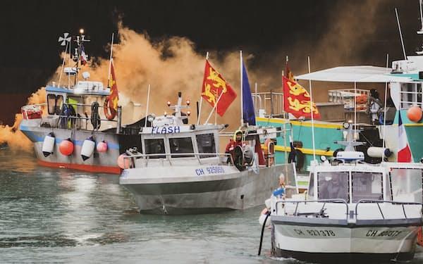 6日、ジャージー沖で抗議活動をするフランスの漁船=AP