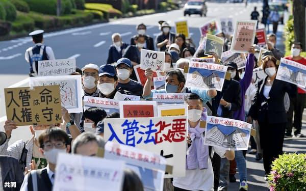 難民申請者の強制送還を一部可能とする入管難民法案の廃案を訴え、デモ行進する人たち(4月21日、東京都千代田区)=共同