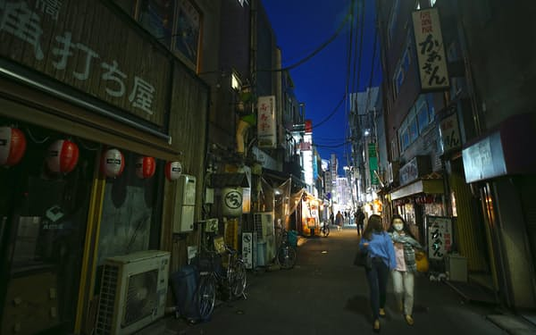3度目の緊急事態宣言後、休業する店も多く人影もまばらな東京・新橋の飲食店街(4月26日)