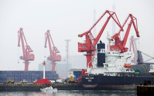 4月の原油輸入は7割増加(青島港に接岸するタンカー)=ロイター
