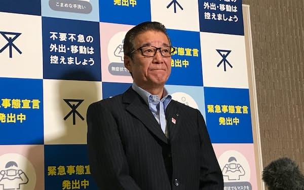 記者団の取材に応じる大阪市の松井一郎市長(7日、大阪市役所)