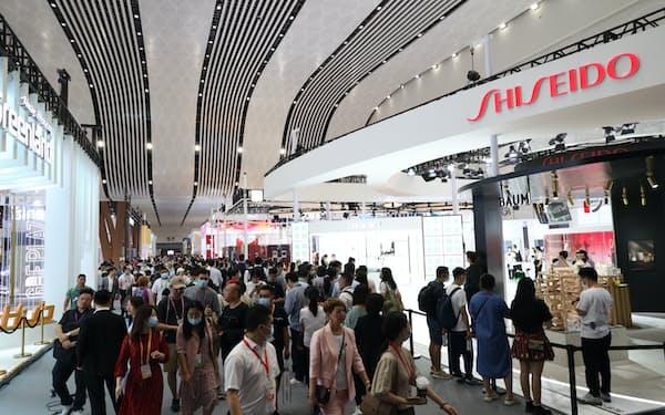 中国国際消費品博覧会には化粧品や服飾品メーカーが集まった(7日、海南省海口市)