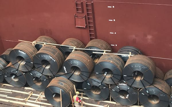 世界的に需給が逼迫している(大型船で運ばれる熱延コイル)