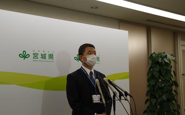 7日、重点措置の適用解除方針を受け記者団の質問に答える村井知事(宮城県庁)