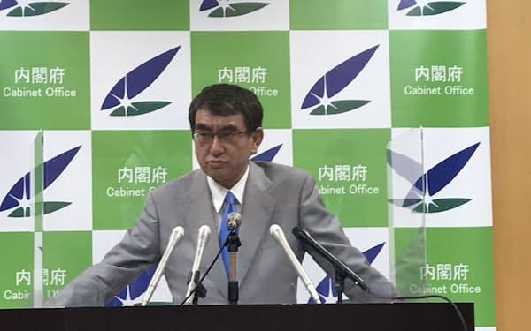 記者会見に臨む河野規制改革相(5月7日)