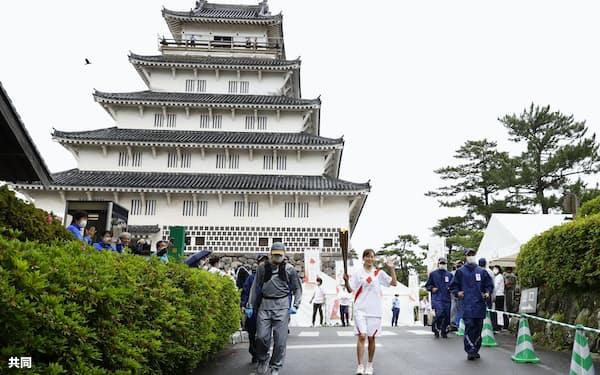 5月7日、20府県目となる長崎県に入った聖火リレー(長崎県島原市)=共同