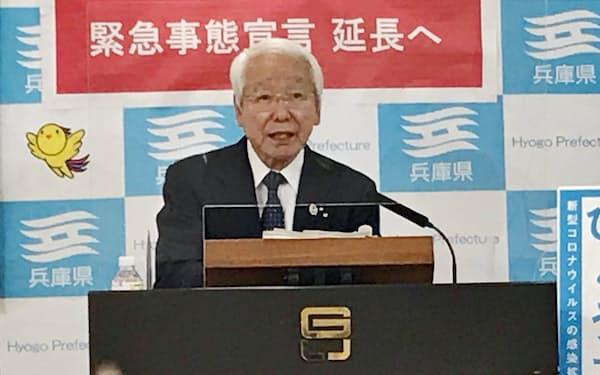 記者会見する兵庫県の井戸知事(7日、神戸市)