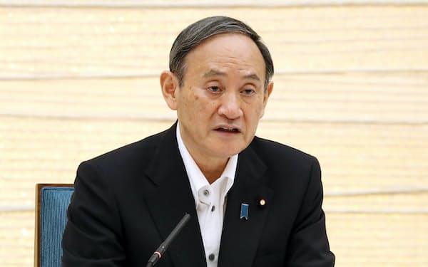 新型コロナ対策本部で緊急事態宣言の期間延長などを表明する菅首相(7日午後、首相官邸)