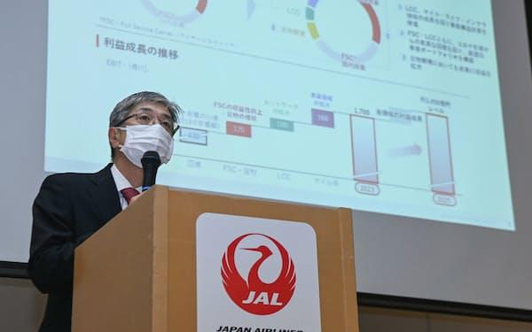 中期経営計画について記者会見する日本航空の赤坂社長(7日、東京都品川区)