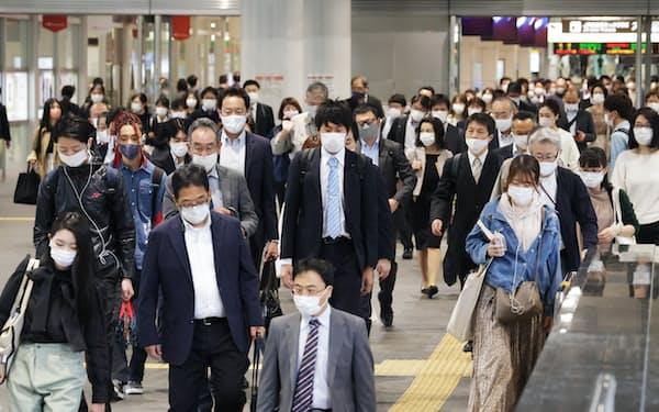 マスク姿で通勤する人たち(7日、名古屋市中村区)