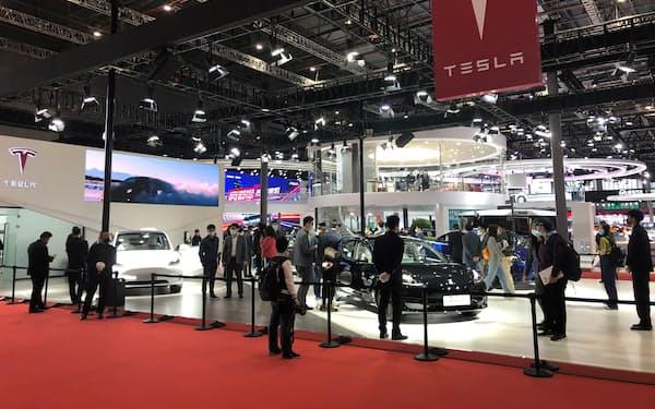 米テスラもEVに搭載したカメラで個人情報を収集していると批判を浴びた(4月20日、上海国際自動車ショーの展示)